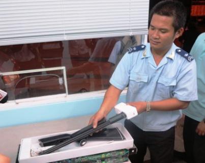 Phát hiện kiện hàng chứa súng chuẩn bị lên máy bay - 1