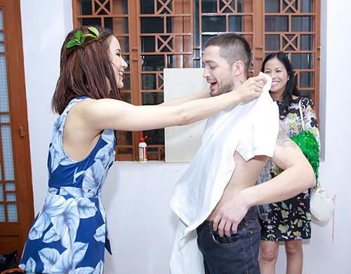 Phương Trinh được bạn nhảy ân cần chăm sóc - 6