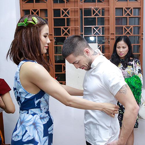 Phương Trinh được bạn nhảy ân cần chăm sóc - 5
