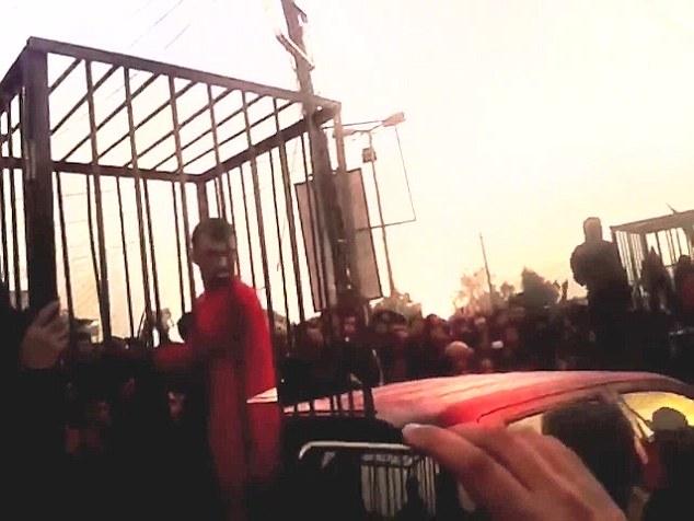 """IS công khai hành quyết """"gián điệp"""" giữa phố đông - 3"""