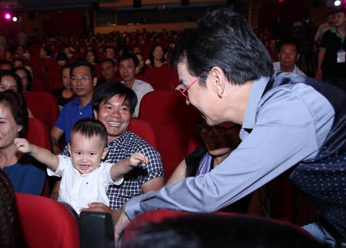 Con trai 2 tuổi đi xem Đức Huy hát - 1