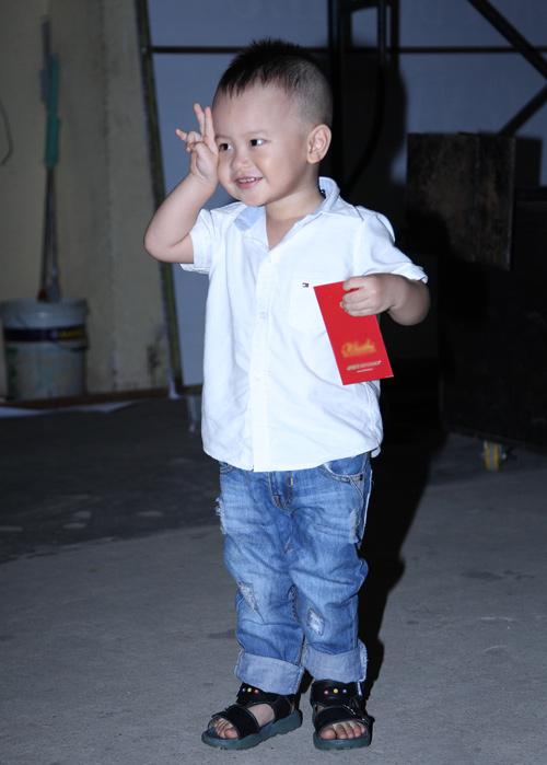 Con trai 2 tuổi đi xem Đức Huy hát - 4