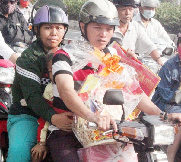 """Người Sài Gòn """"toát mồ hôi"""" về quê đón Tết - 5"""
