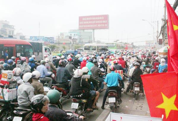 """Người Sài Gòn """"toát mồ hôi"""" về quê đón Tết - 9"""