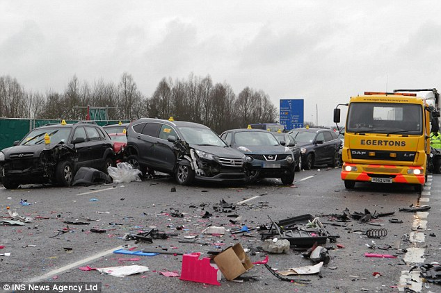 Anh: 40 xe đâm nhau liên hoàn, 54 người thương vong - 3