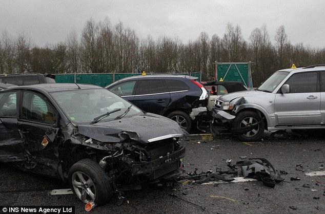 Anh: 40 xe đâm nhau liên hoàn, 54 người thương vong - 9
