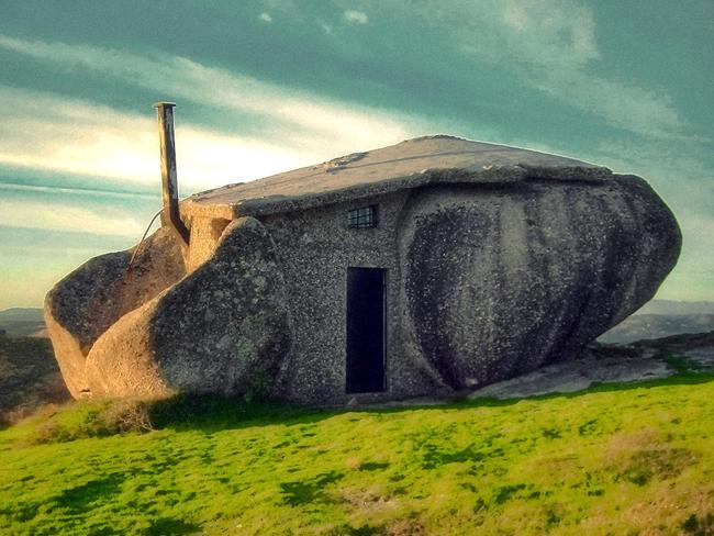 """A Casa do Penedo được mệnh danh là """"House of Stone"""" được xây dựng từ bốn tảng đá khổng lồ."""
