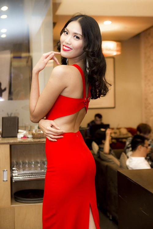 Phút giao thừa nghe chân dài, hoa hậu Việt chúc Tết - 1