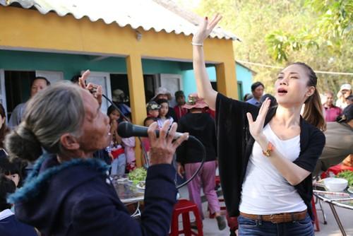 Mỹ Tâm múa phụ họa cho người dân Quảng Nam - 1