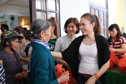 Mỹ Tâm múa phụ họa cho người dân Quảng Nam - 13