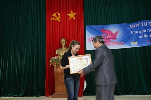 Mỹ Tâm múa phụ họa cho người dân Quảng Nam - 10
