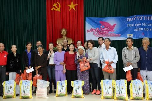 Mỹ Tâm múa phụ họa cho người dân Quảng Nam - 11