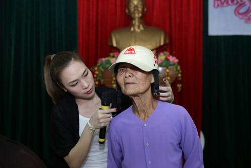 Mỹ Tâm múa phụ họa cho người dân Quảng Nam - 12