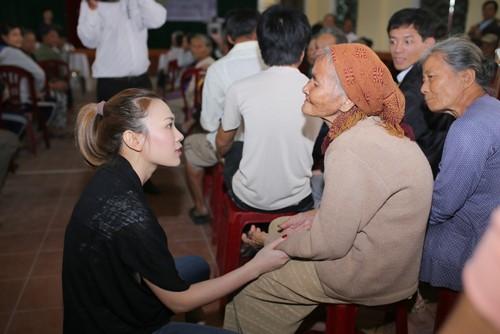 Mỹ Tâm múa phụ họa cho người dân Quảng Nam - 8