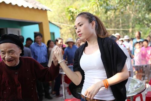 Mỹ Tâm múa phụ họa cho người dân Quảng Nam - 16