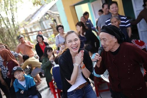 Mỹ Tâm múa phụ họa cho người dân Quảng Nam - 15