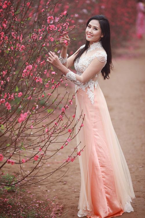 Nguyễn Thị Loan khoe sắc trong vườn đào - 2