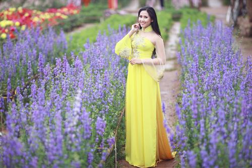 Nguyễn Thị Loan khoe sắc trong vườn đào - 4