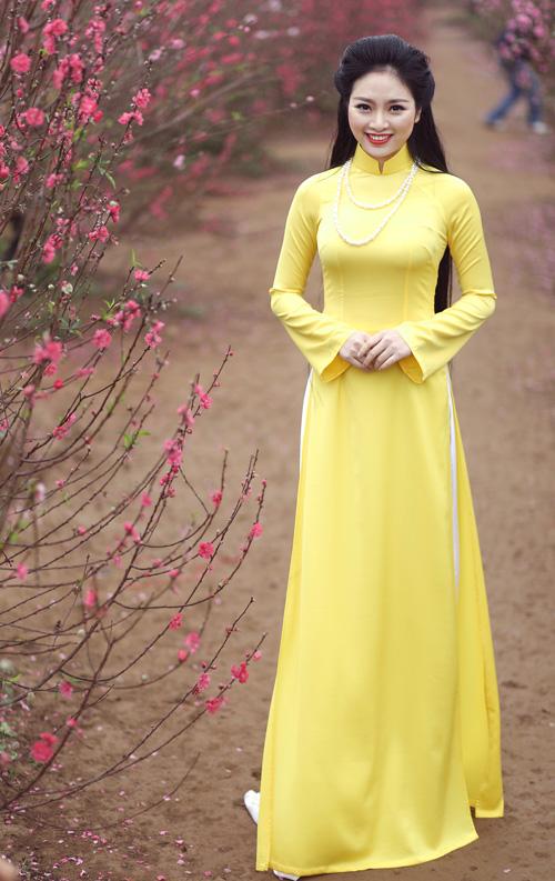 Nguyễn Thị Loan khoe sắc trong vườn đào - 11