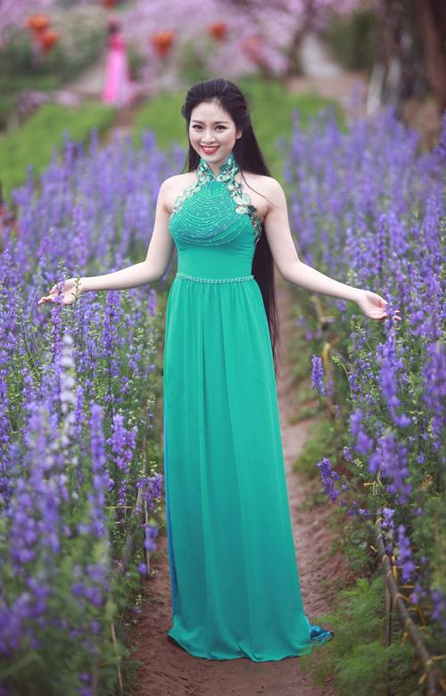 Nguyễn Thị Loan khoe sắc trong vườn đào - 12