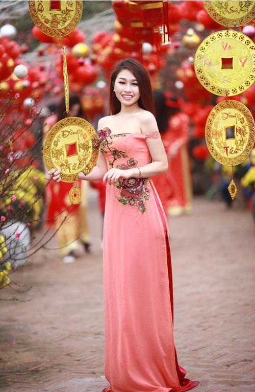 Nguyễn Thị Loan khoe sắc trong vườn đào - 9