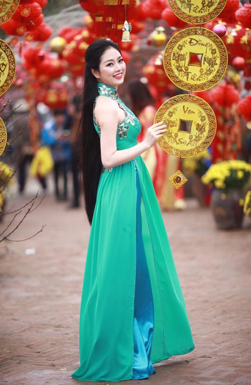 Nguyễn Thị Loan khoe sắc trong vườn đào - 13