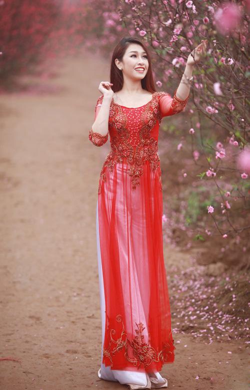 Nguyễn Thị Loan khoe sắc trong vườn đào - 16