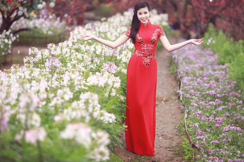 Nguyễn Thị Loan khoe sắc trong vườn đào - 14