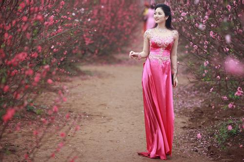 Nguyễn Thị Loan khoe sắc trong vườn đào - 15
