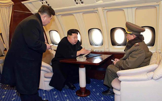 Lộ ảnh Kim Jong-un ngồi chuyên cơ siêu sang thị sát công trường - 1