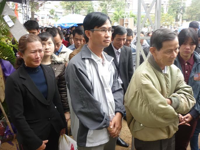Hàng ngàn người dân khóc thương ông Bá Thanh - 7