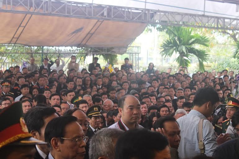 Hàng ngàn người dân khóc thương ông Bá Thanh - 4