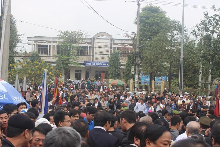 Hàng ngàn người dân khóc thương ông Bá Thanh - 5