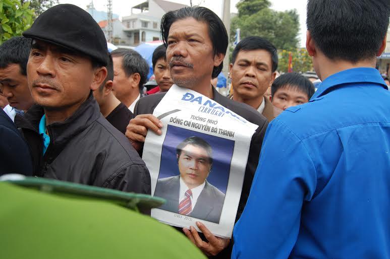 Hàng ngàn người dân khóc thương ông Bá Thanh - 12