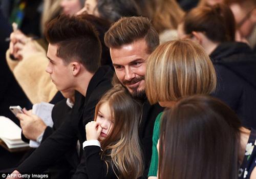 Con gái David Beckham đáng yêu trên hàng VIP - 3