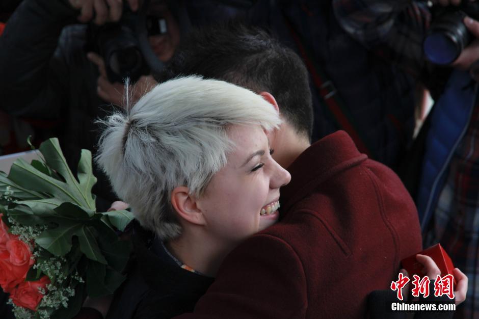 Thiếu nữ Ukraine cầu hôn bạn trai TQ giữa phố đông - 4