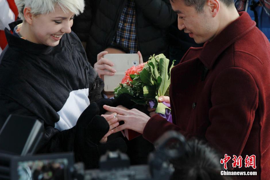 Thiếu nữ Ukraine cầu hôn bạn trai TQ giữa phố đông - 3