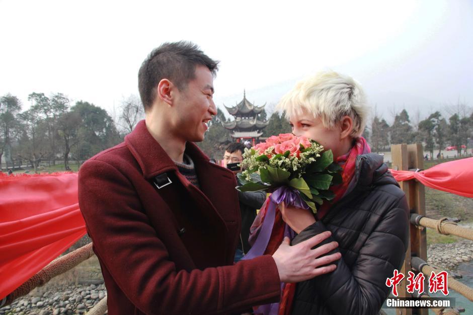 Thiếu nữ Ukraine cầu hôn bạn trai TQ giữa phố đông - 5