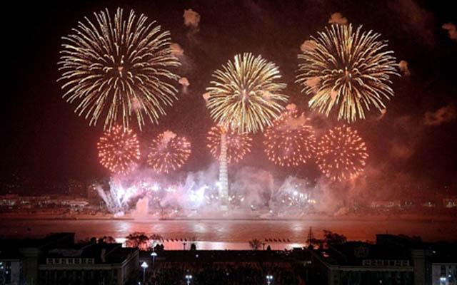 Triều Tiên bắn pháo hoa dịp sinh nhật ông Kim Jong-il - 1