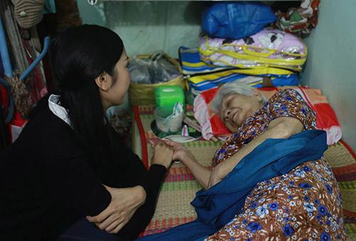 Á khôi Thúy Vân đến thăm các cụ già neo đơn - 1