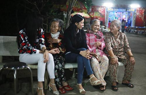 Á khôi Thúy Vân đến thăm các cụ già neo đơn - 2
