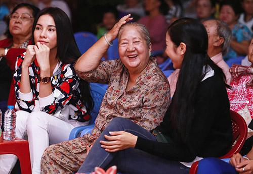 Á khôi Thúy Vân đến thăm các cụ già neo đơn - 7
