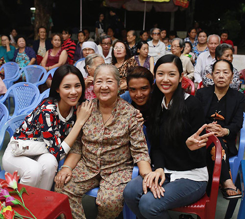 Á khôi Thúy Vân đến thăm các cụ già neo đơn - 8