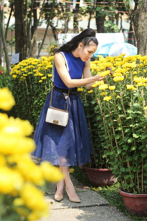 Phương Trinh Jolie duyên dáng dạo phố hoa - 2
