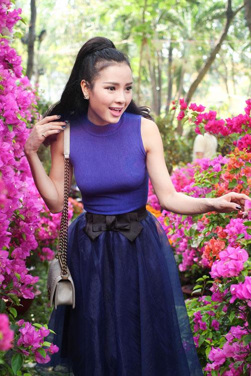 Phương Trinh Jolie duyên dáng dạo phố hoa - 8