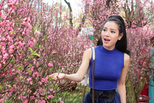 Phương Trinh Jolie duyên dáng dạo phố hoa - 9