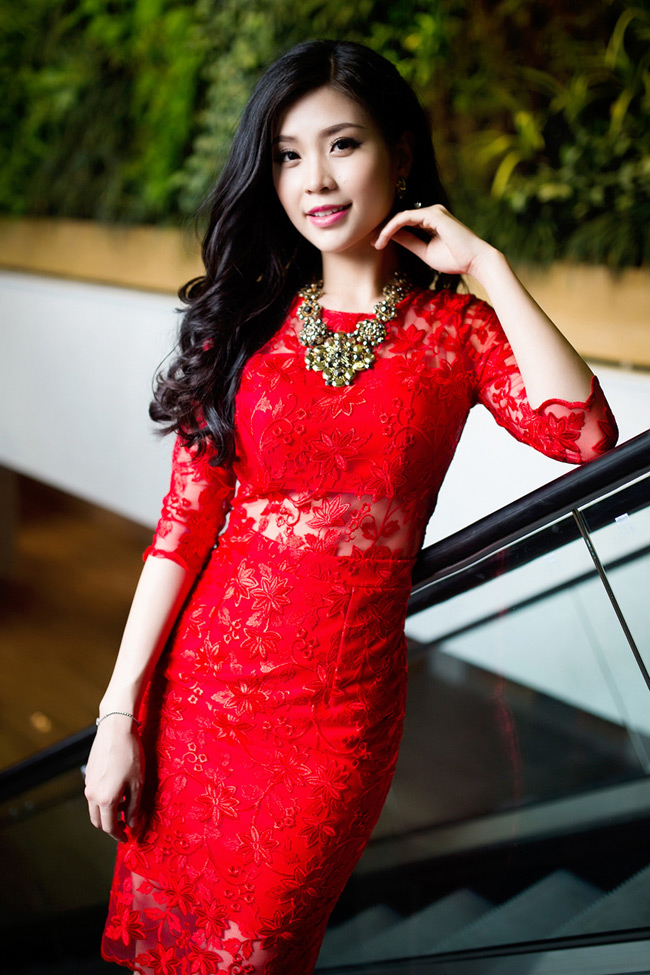 Á hậu Diễm Trang cũng khoe đường cong đáng ngưỡng mộ với váy ren đỏ, nửa kín, nửa hở khi ghi hình trong chương trình Lần đầu xuân kể.