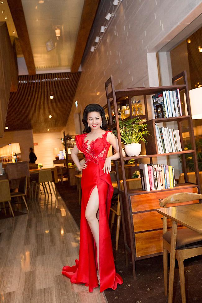 Lê Khánh quyến rũ hút mắt với váy đỏ hở vai, xẻ tà cao sau khi lên xe hoa.