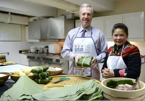 Đại sứ Mỹ gói bánh chưng đón Tết Ất Mùi - 4