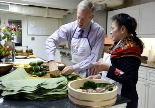 Đại sứ Mỹ gói bánh chưng đón Tết Ất Mùi - 2